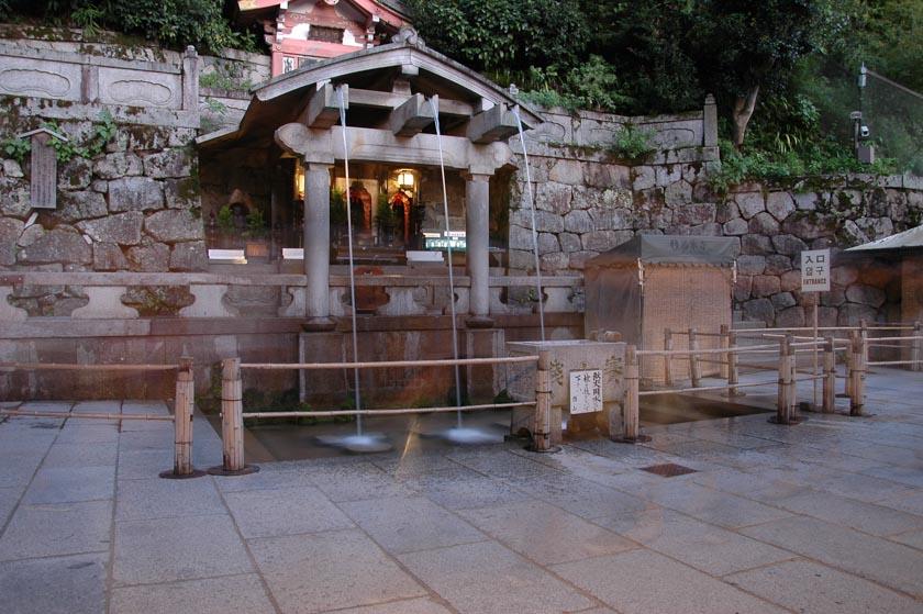 Pequeños chorros de agua en Kiyomizudera