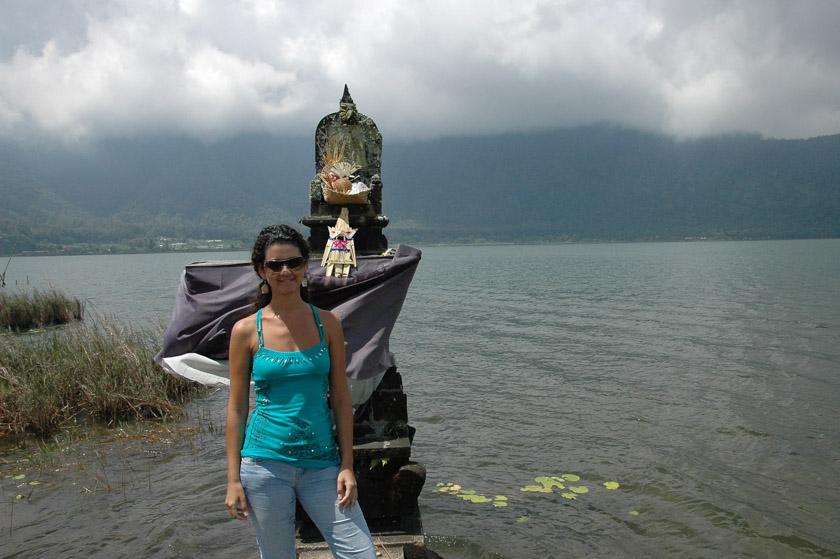 Laura posando a orillas del lago Bratan