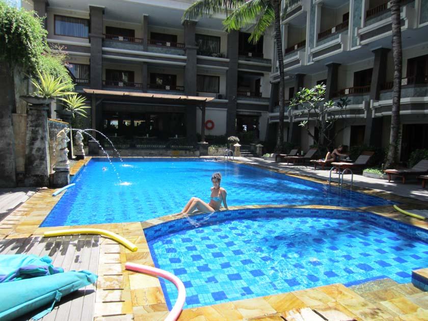 Un merecido descanso en la piscina del Vira Bali Hotel