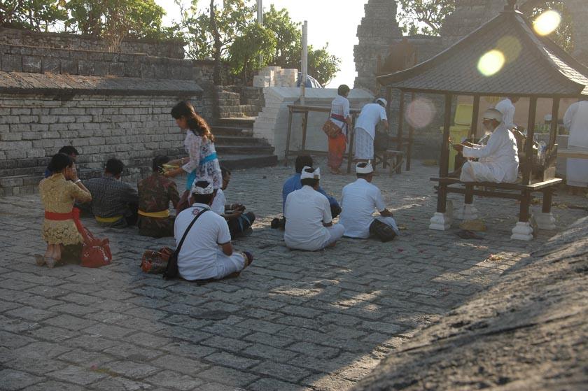 Escenas cotidianas de Pura Luhur Uluwatu