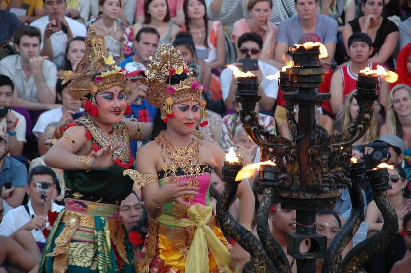Bailarinas bailando el kechak, una de las danzas balinesas