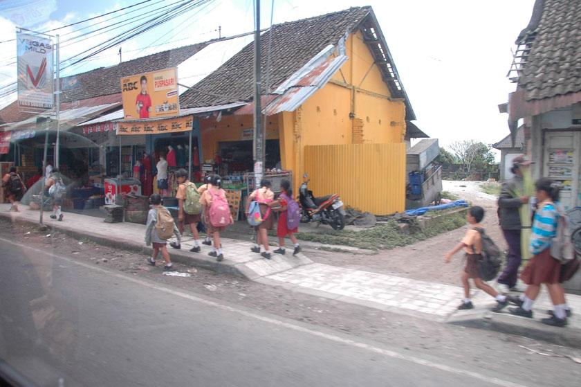 Paseo matinal de los niños al colegio en Bali