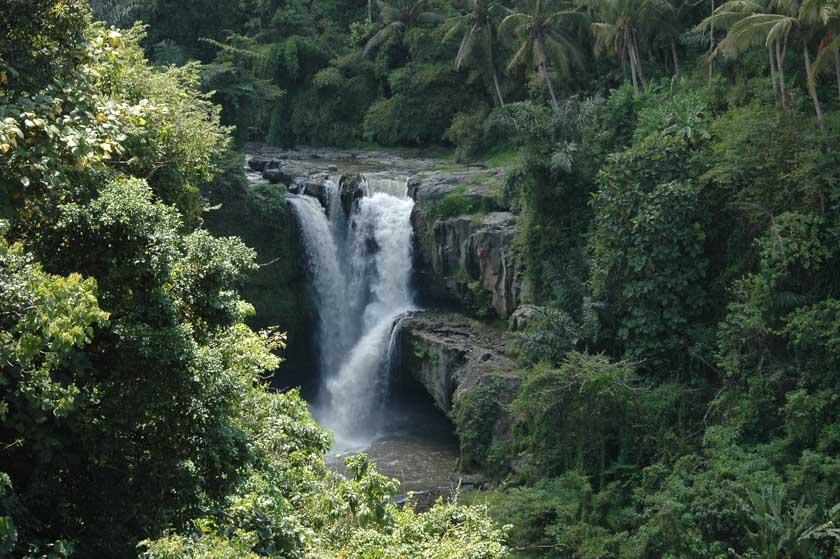 Increíble vistas de la catarata de Tegenungan