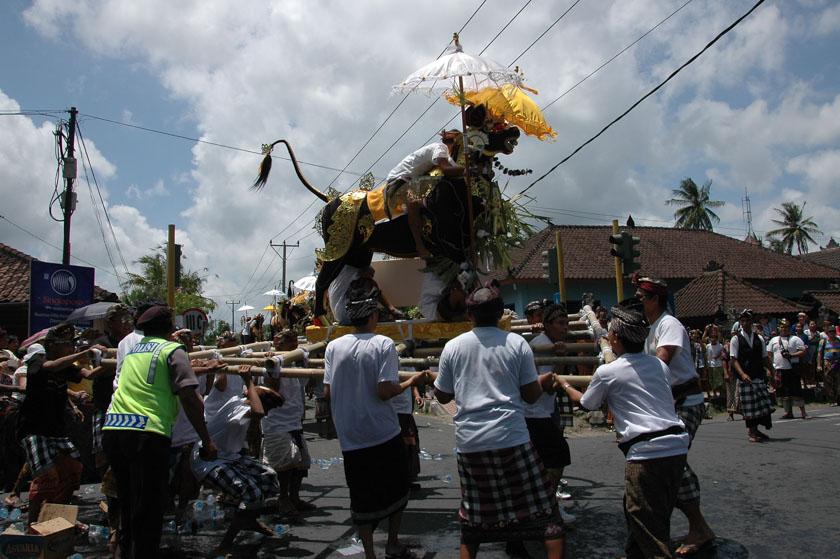Niño subido a una figura que participaba en el desfile