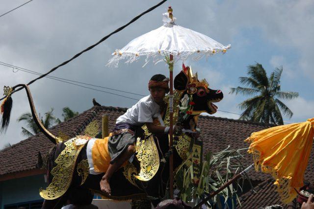 Tradiciones balinesas, desde las danzas a los entierros