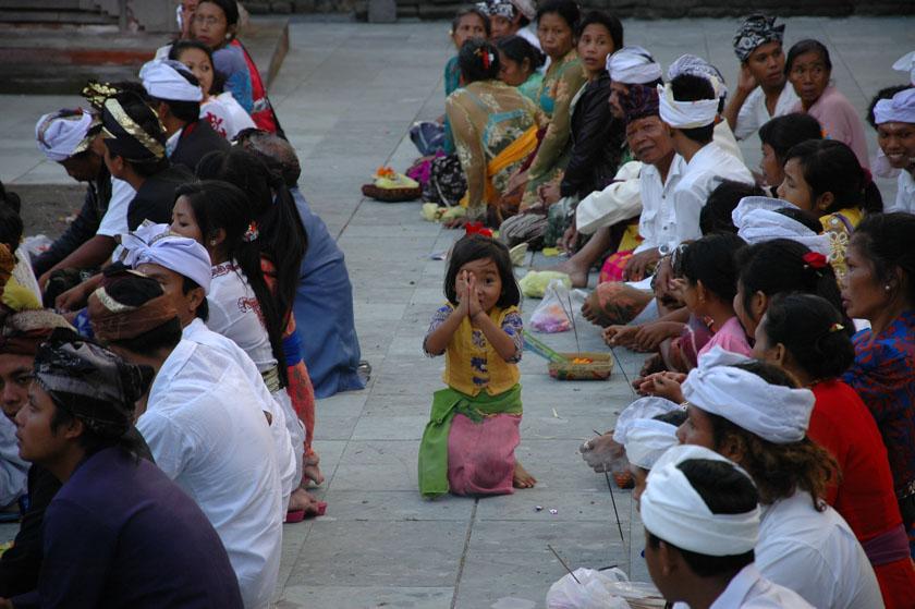 Una niña balinesa dándonos la bienvenida a un templo