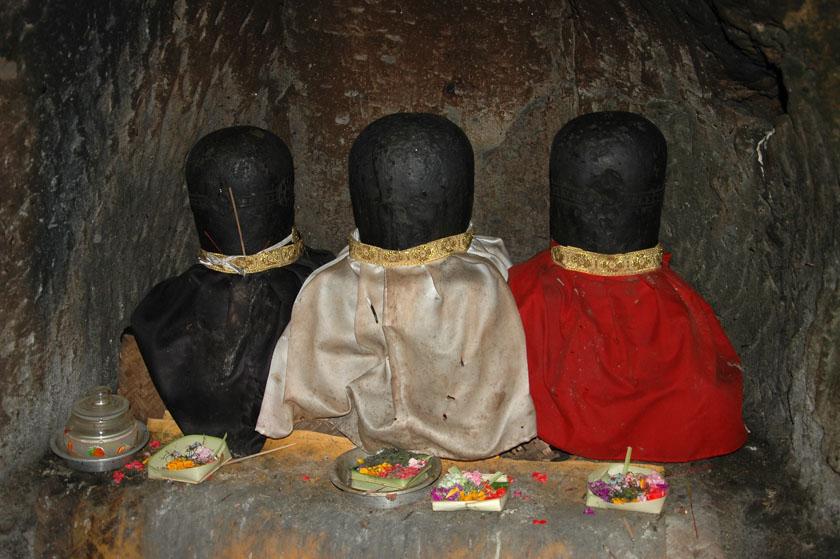 Pequeñas estatuas totalmente erosionadas en Goa Gajah