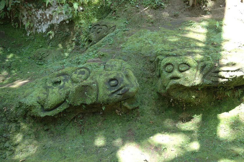 Figuras repletas de moho en Goa Gajah