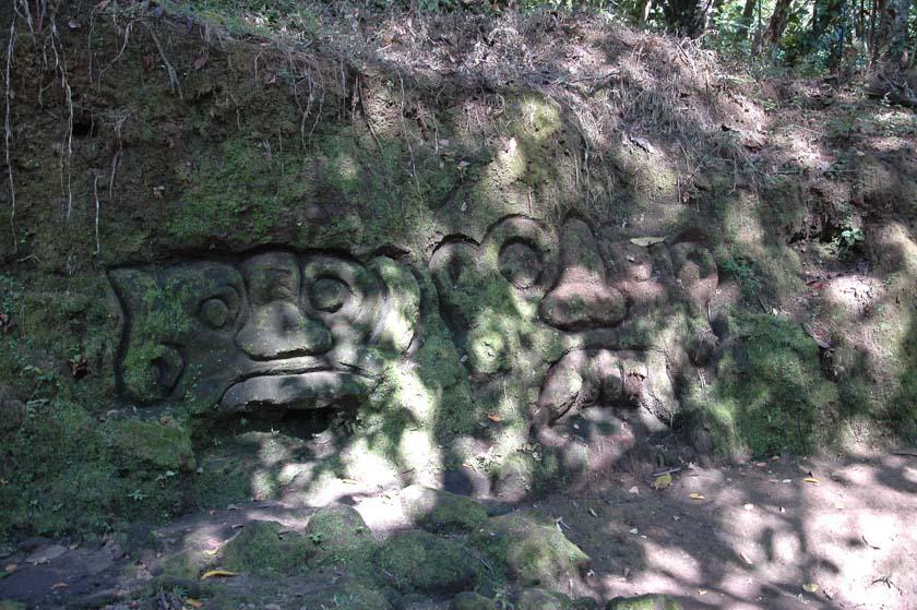 Supone todo un reto encontrar las figuras talladas en la roca en Goa Gajah