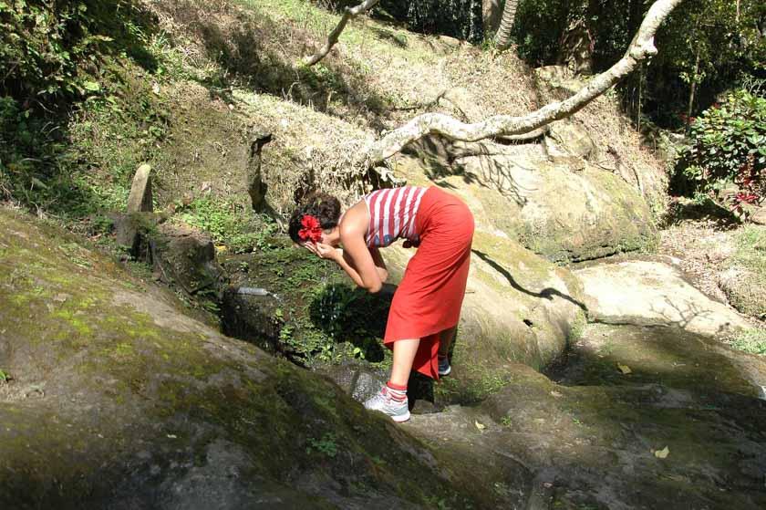 Laura bebiendo agua en una fuente de Goa Gajah
