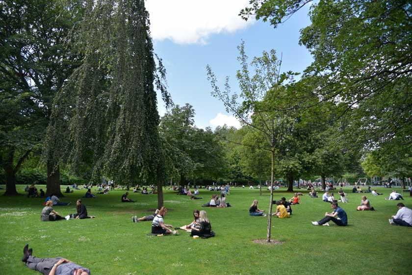 Dublineses disfrutando del sol en St. Stephens Green