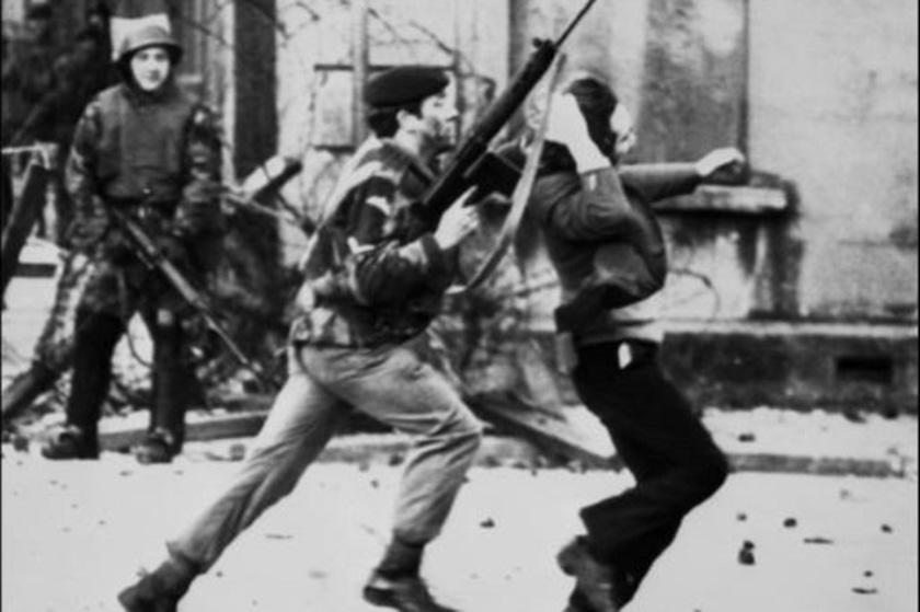 Enfrentamientos entre manifestantes y militares británicos