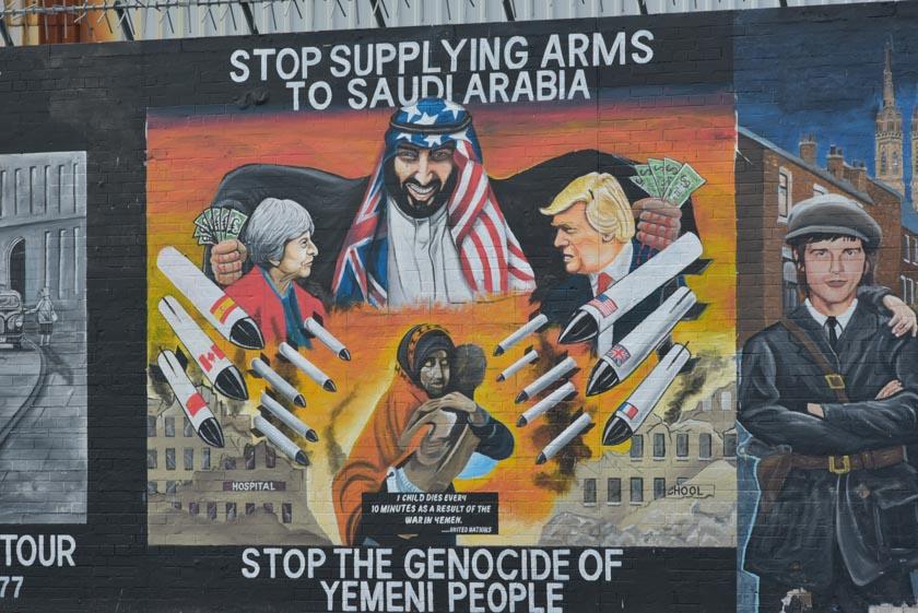 Mural contra Arabia Saudí en el muro internacional de Belfast