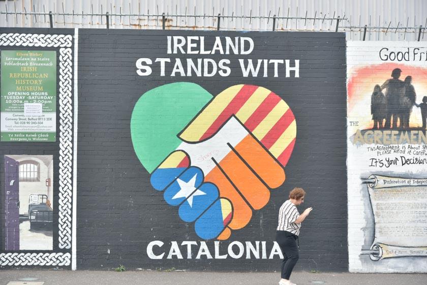 Mural de apoyo a Cataluña en el muro internacional de Belfast