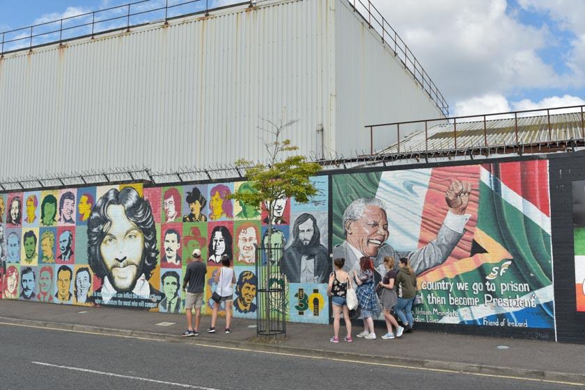 Nelson Mandela también tiene su hueco en los murales de Belfast
