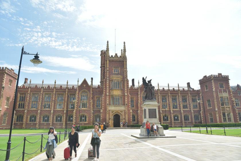 Fachada principal de la Universidad de Belfast