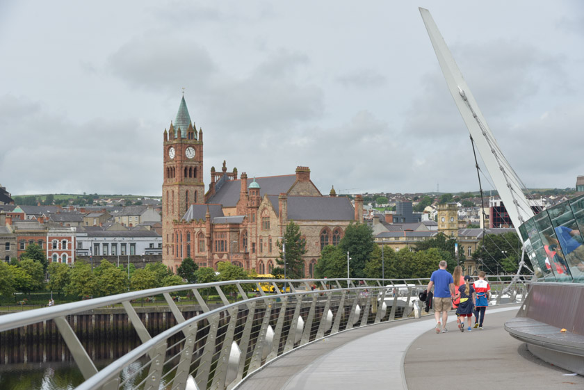 Ayuntamiento de Derry visto desde el Puente de la Paz en Derry