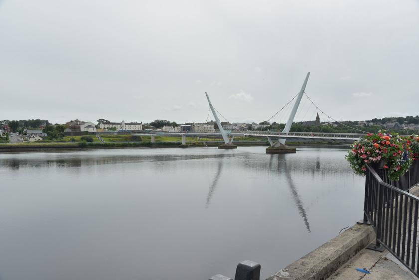 Paseando por el puente de la paz en Derry