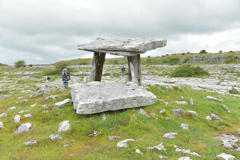 Aquí se puede ver la piedra original del dolmen de Poulnabrone