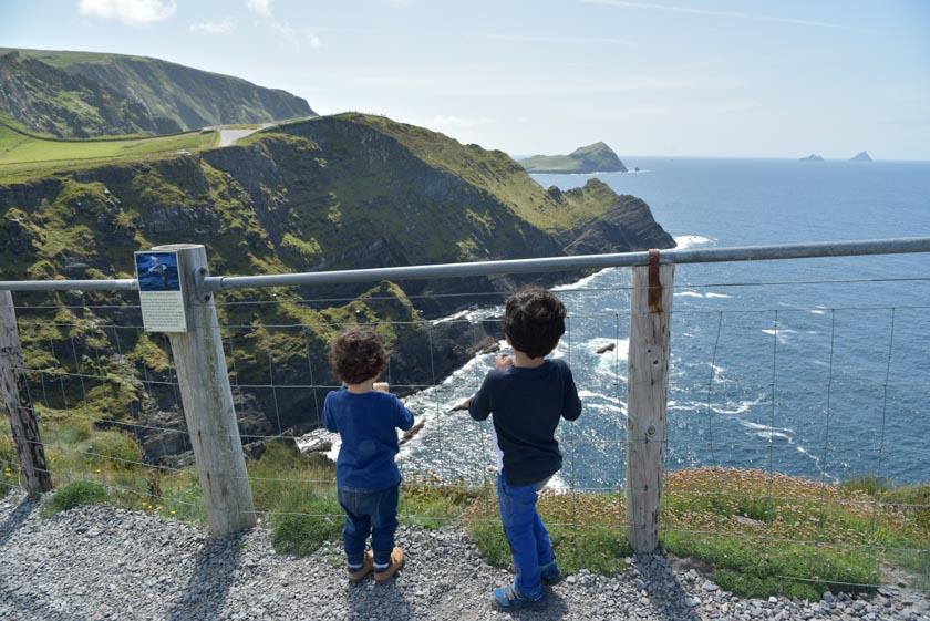 Los peques también disfrutan de los acantilados de Kerry