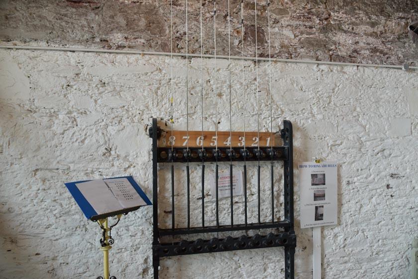 Cables de acero para tocar las campanas en la Iglesia de Santa Ana