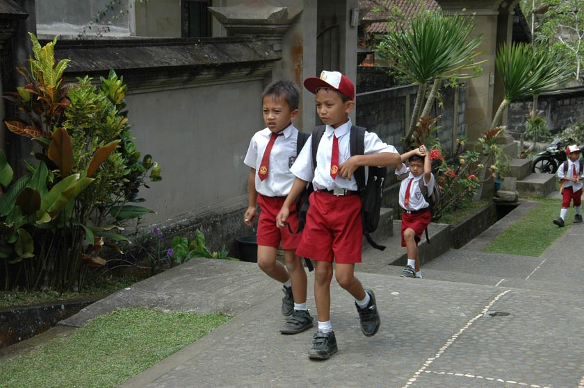Niños preparados para el cole en Penglipuran