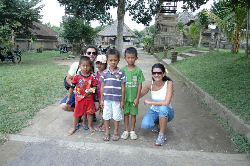 Posando con nuestros pequeños amigos de Penglipuran