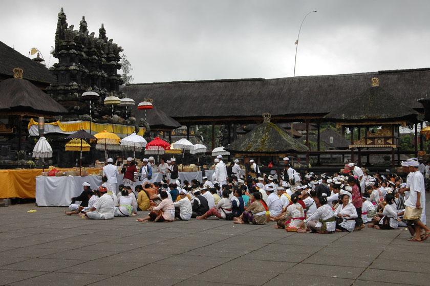 Observando los rezos de los fieles en Pura Besakih