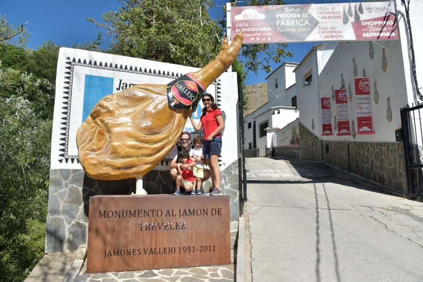 Posando con el jamón gigante de Trevélez