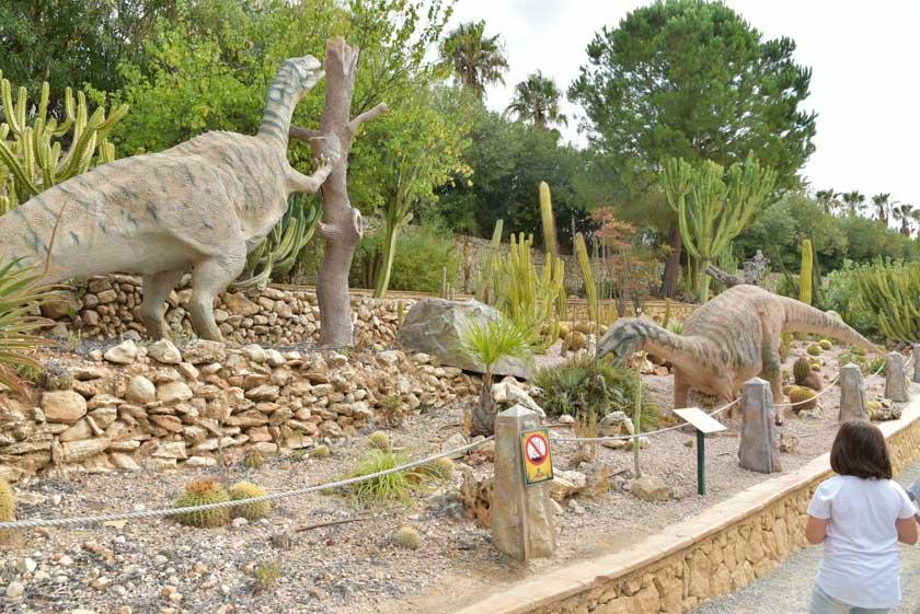 En DinoPark Algar tienen todas las figuras perfectamente organizadas