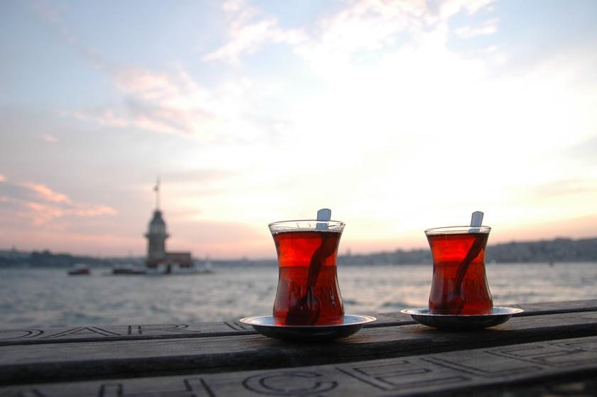 Tomando un té con Estambúl al fondo