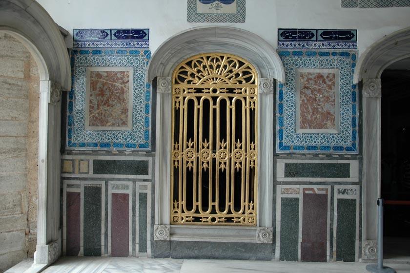 Preciosa puerta del Pabellón de Ereván en Topkapi