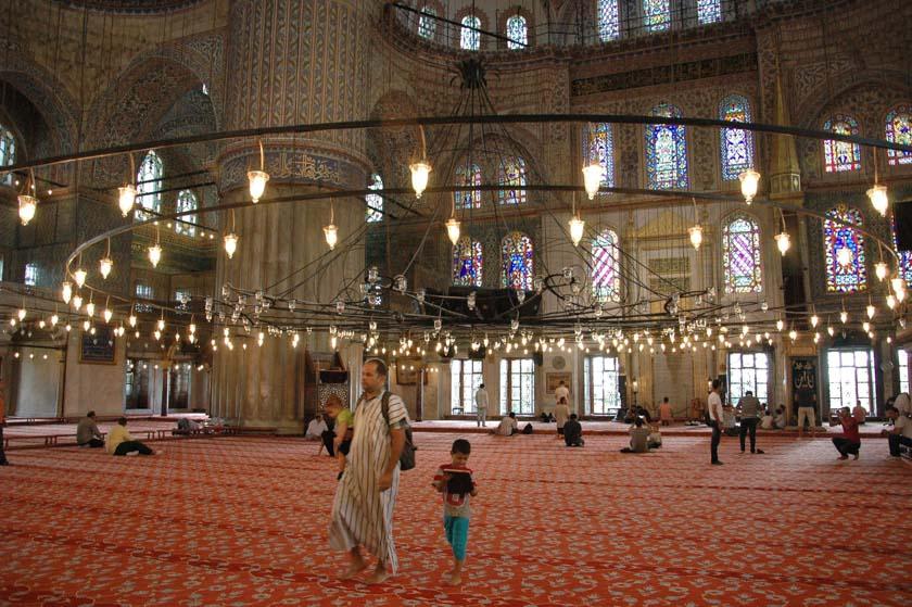 La vida transcurre con normalidad dentro de la Mezquita Azul