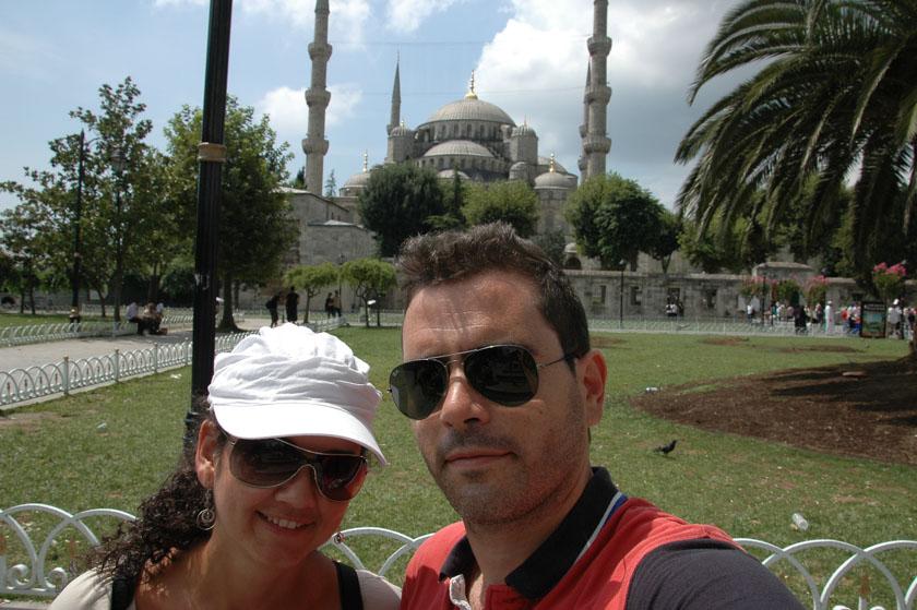 Posando con la Mezquita Azul a nuestras espaldas